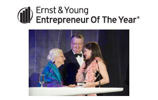 Dame Elisabeth Murdoch presenting award to Tania de Jong